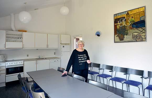 Aase viser os fælleshuset, hvor der er to værelser med bad