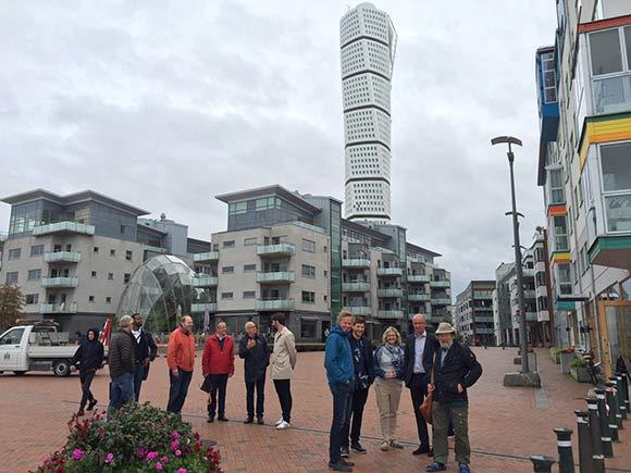 Forsiden:  Boligforeningens ledelse på besøg i Malmø. Foto af Helle Hansen.