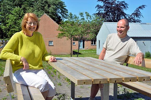 På en sommerdag kan beboerne sidde og nydet vejret eller grille.