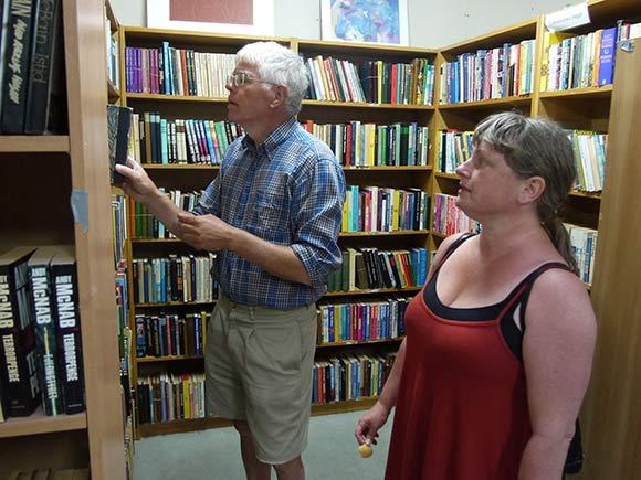 Søren Bundgaard Poulsen og Anne-Marie Madsen leder efter nye bøger