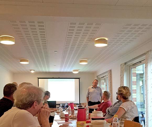 Bestyrelsesmedlem Poul Kling aflægger den visuelle beretning via PowerPoint. Det var smukt klaret.