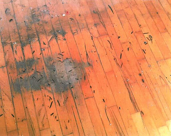 Eksempel på et misligholdt gulv med brændemærker.