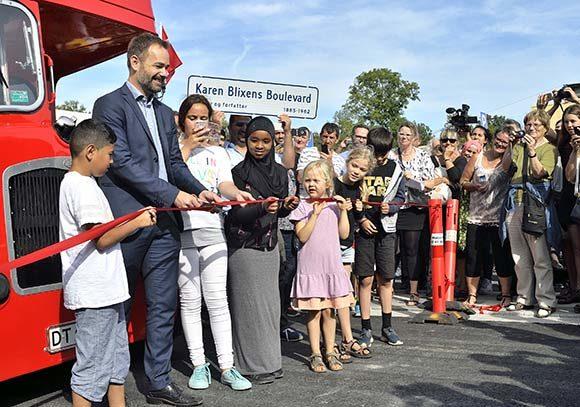 Forsiden:   Karen Blixens Boulevard åbnede med et brag. Foto af Bo Sigismund