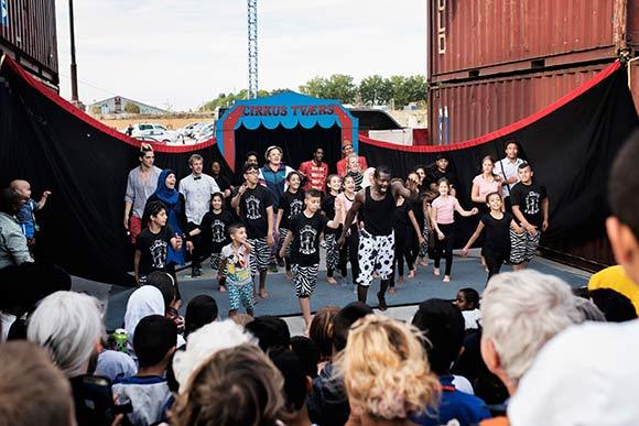 Cirkus Tværs gjorde indvielsen ekstra festlig for store og små.
