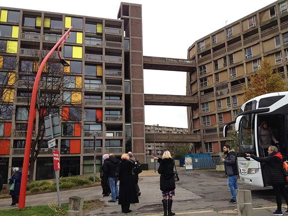 Forsiden:   Brabrand Boligforening har besøgt Park Hill Estate i  Sheffield, hvor der foregår et stort renoveringsprojekt. Foto Helle Hansen.