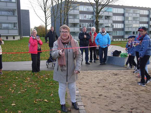 Bestyrelsesmedlem Lise Klærke åbner officielt legepladsen.