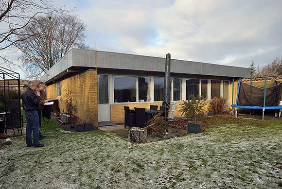 Fra havesiden ligner det et parcelhus, men det er et af de fire fritlæggende huse.