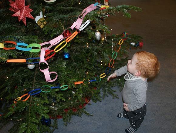 For Hjalte på 1 1/2 år er sådan et juletræ en mægtig ting.
