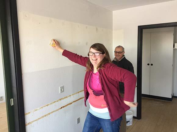 Jeres redaktionssekretær og Birger forsøger at gøre væggene pæne.