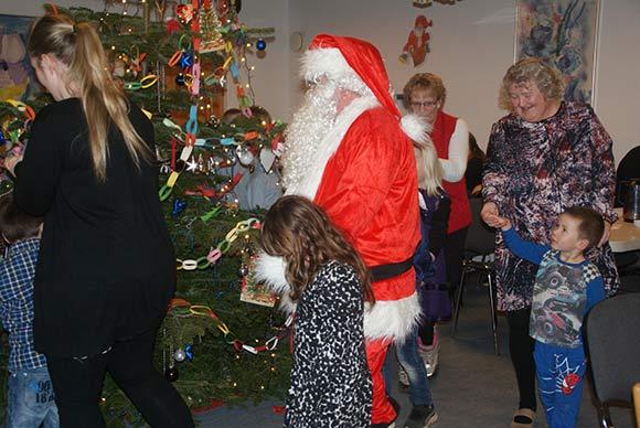 Julemanden var med rundt om træet.