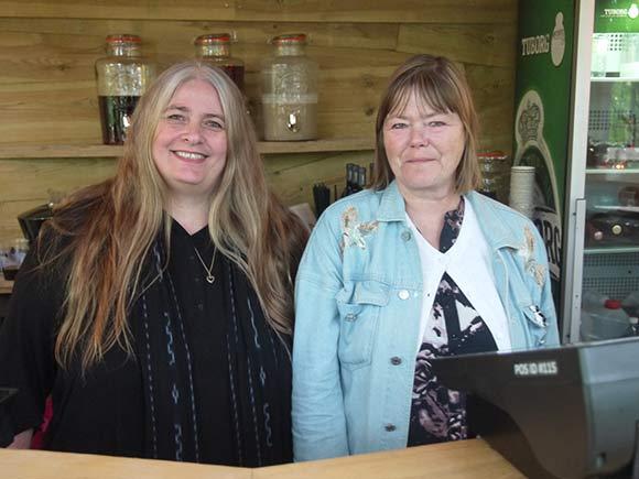 Anette Knight og Dorthe Ringgaard er frivillge  fordi de vil støtte festivalen.