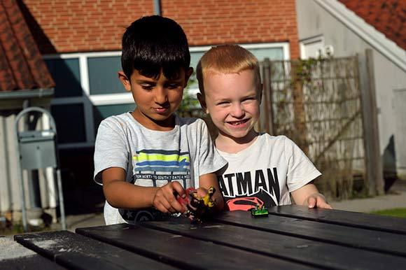 Alle børn leger sammen i gården, uanset baggrund.