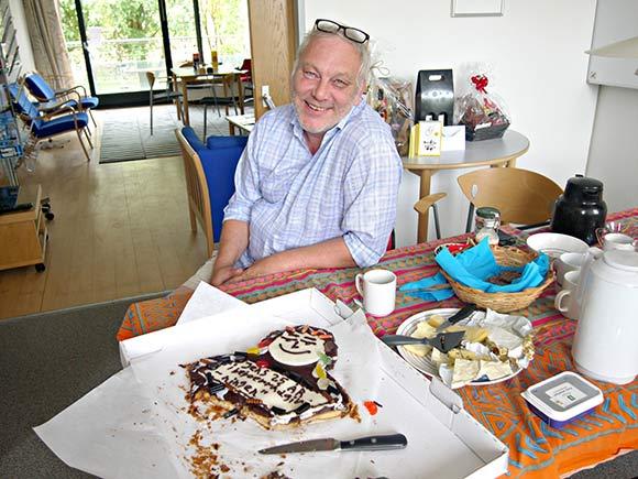 Jens' kollega, Abelone, havde sørget for fødselsdagskage. Den smagte godt!