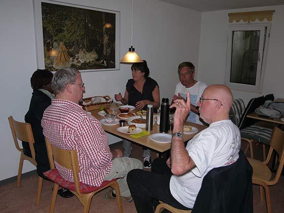 Theresa Oudey, Poul Kling, Erik Vilhelmsen, Gert Sørensen og Kaja Rosing Jensen trak indenfor, da regnen blev for meget.