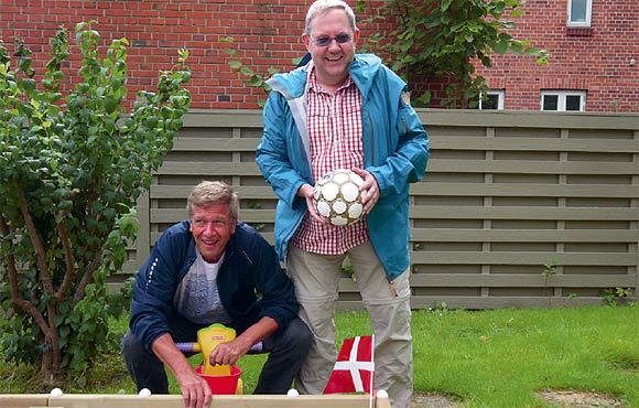 Gert Sørensen og Poul Kling måtte selv agere børn, da der ikke var mødt nogen op til indvielsen.