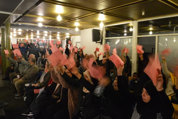 Klart resultat: næsten alle fremmødte beboere stemte nej til budgettet.