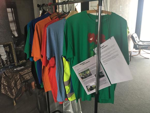 De udstillede T-shirts, er lige så farverige som Gellerup.
