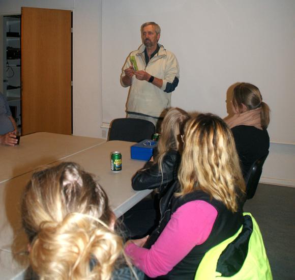 Dyrlæge Jan Larsen viser et af de vigtigste redskaber til at tjekke, om dyret er sygt:  Et ganske almindeligt termometer.