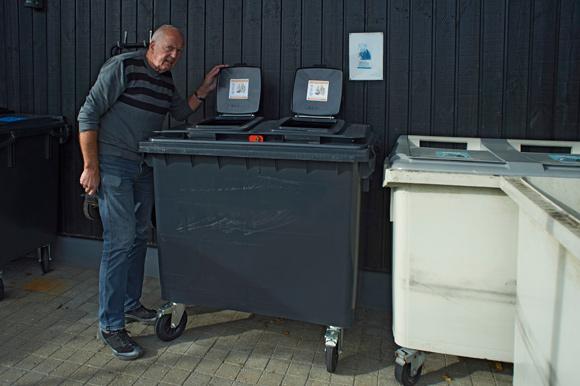 ISkovhøj viserJohn Bisgaard Vohnsen afdelingens nye skraldespande frem.