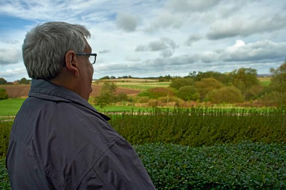 Forsiden: Fra sin terrasse har Benny Pedersen fra Skovhøj en god udsigt ud over Gellerup. Foto Bo Sigismund.