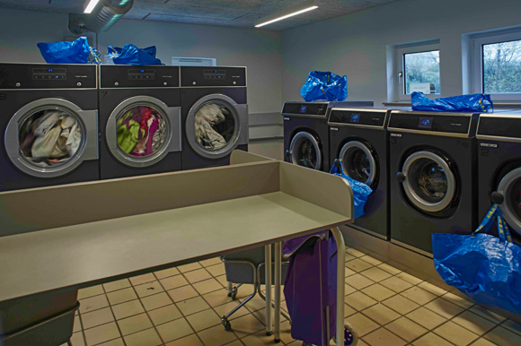 I vaskeriet genanvender man al varmen fra vaskemaskinerne og tørretumblerne.