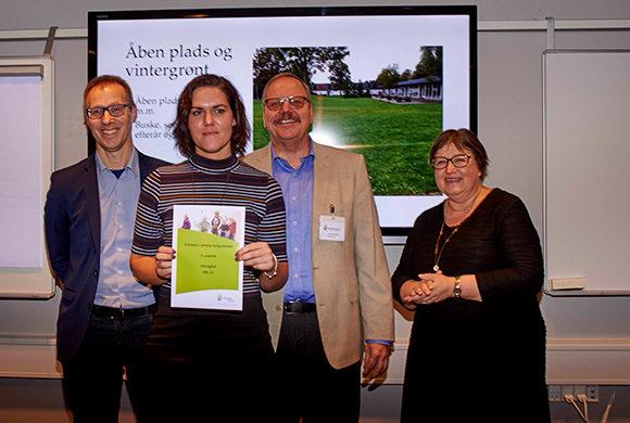 Deirdre Bille (2. fra venstre) modtog prisen på vegne af Odinsgård.  Den blev uddelt af Jens Peter Schou Nielsen, formand for Friluftsrådets Kreds Århus bugt, Anette Østerhaab, BL's bestyrelse  og Sven-Åge Westphalen, konsulent i Friluftsrådet.