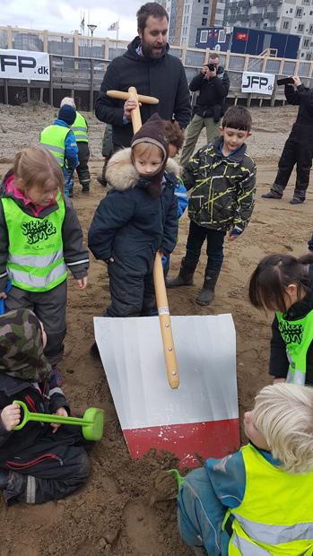 Børnene syntes, det var ret sjovt med den store skovl.