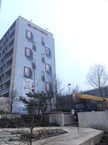 Der er nu kommet banner op på gavlen af B7, som viser, hvordan renoveringen kommer til at se ud.
