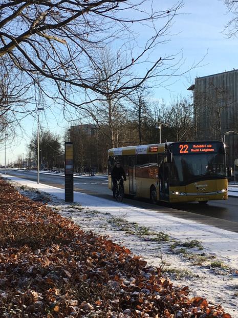 Her er bussen! Dog ni minutter for sent.