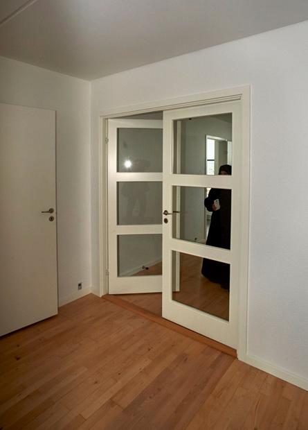 I stedet for en skydedør er der nu kommet glasdøre i stuen.