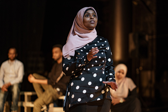 Ilhaam Mohamed Ali fortæller om dengang, hun for første gang hørte et WC-skyl på flyet til Danmark