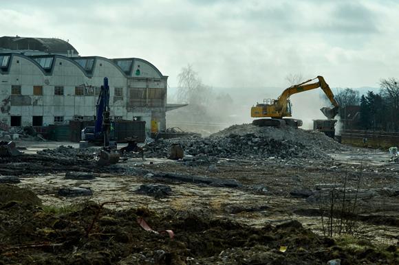 Mange kubikmeter beton knuses og køres væk, inden der opstår et nyt og spændende byggeri.