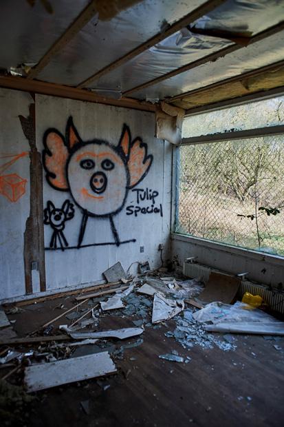 Et sørgeligt syn. Hvordan kan man overlade sådan et hus til vandalerne?