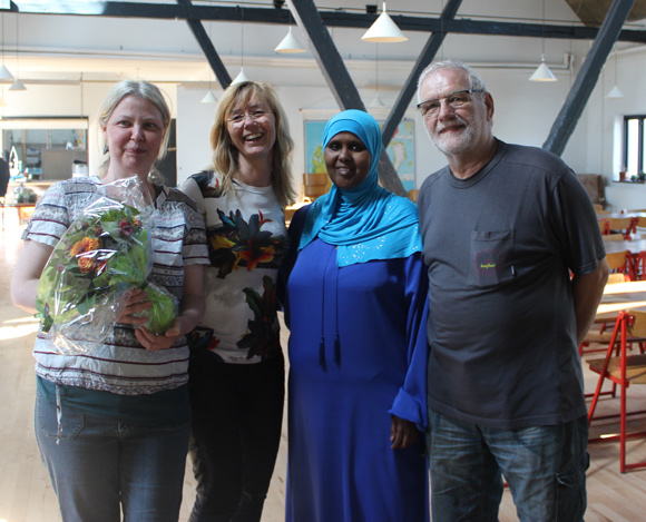 Suna Cenholt fra Plus Arkitekter (nr. to fra venstre) var forbi med blomster til bestyrelsen.