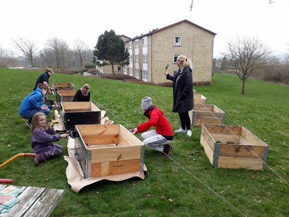 Freja, Katrine, Niels, Louise, Valentina og Lena maler kasserne i fællesskab.