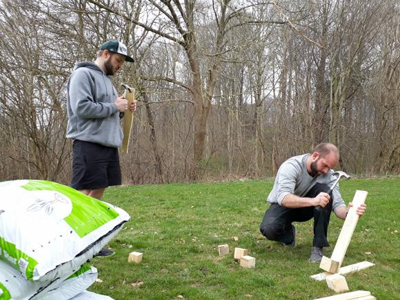 Søren Bundgaard Holm og Malthe Krogh Kirkeby er i gang med at lave kasserne.