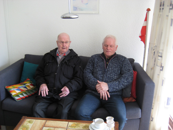 To medlemmer Bent Jensen (tv.) og Poul Jørgensen tager en ny sofa i brug.