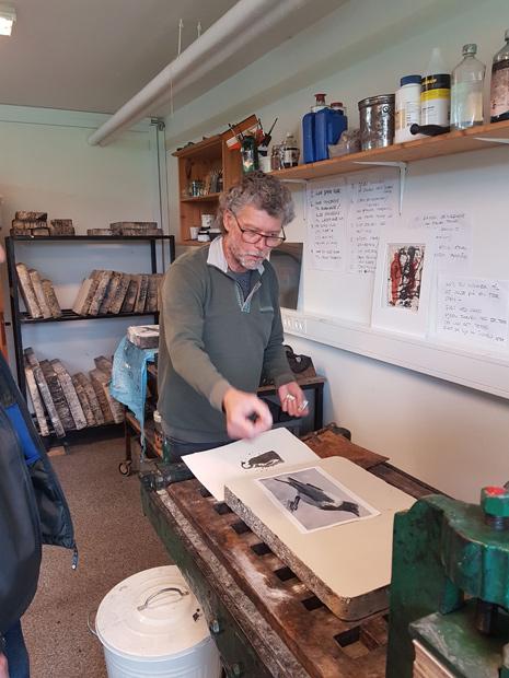 Joe Ingvartsen viser eksempler på billeder fremstillet i trykkeriet.