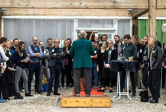 Formanden for Brabrand Boligforening bød deltagerne velkommen til 24 timer med faglig inspiration til udviklingen af Gellerup-Toveshøj.
