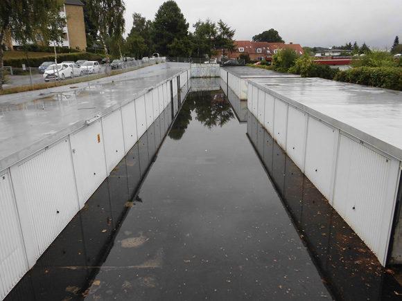 Garagerne i Hans Brogesparken blev oversvømmet ved sensommerens store regnskyl.