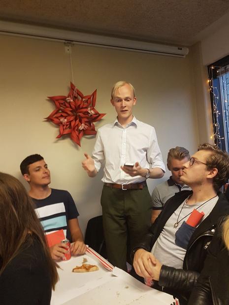 Formand Mathias Ottesen Nielsen løsrev sig et øjeblik fra pizzaen for at aflægge beretning..