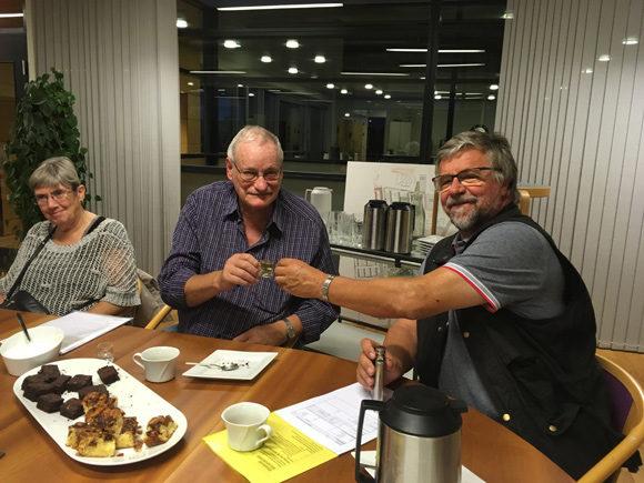 Efter de ikke-bolighavende medlemmers møde blev der skålet i et lille glas af de to genvalgte repræsentantskabsmedlemmer, Bo Sigismund og Kaj Berg, mens suppleant Joan Berg så til.