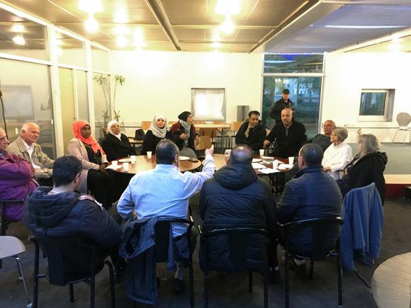 Summermødet foregik i en stor rundkreds, hvor alle var velkommen til at byde ind med spørgsmål og kommentarer.