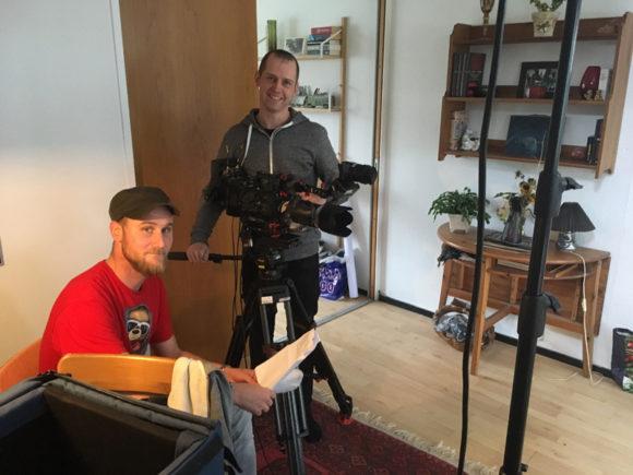 Journalist Henrik Jensen og fotograf Jonas Gravgaard er tyvstartet og er gået i gang med at lave optagelser til programmet, hvor fire danske familier flytter til Gellerup.