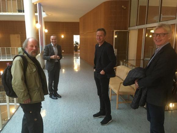 Skræppebladet fangede boligforeningens delegation uden for borgmesterkontoret efter mødet. Fra venstre: Formand Keld Albrecht, Aarhus Kommunens juridiske chef, Christian Mølgaard, direktør Keld Laursen og projektchef Ole Bech Jensen.
