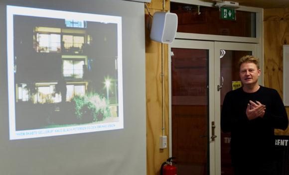 Arkitekt Jens Bager viste billeder fra Gellerup fra de første år til i dag.
