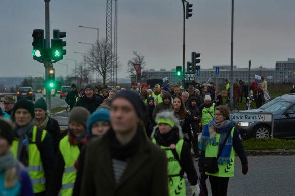 Forsiden:  Borgere var mødt talstærkt frem til menneskekæden, i protest mod  ghettoaftale og ghettolister. Foto Bo Sigismund.