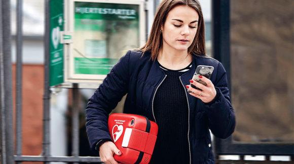 I dag får ca. 4.000 danskere hjertestop uden for hospital hvert år. Knap 13 procent af dem overlever. Knap 5.700 frivillige har allerede meldt sig som hjerteløbere.
