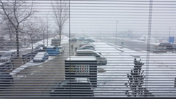 Der var ikke den bedste udsigt på den vinterkolde dag - set gennem vinduets indbyggede persienne.
