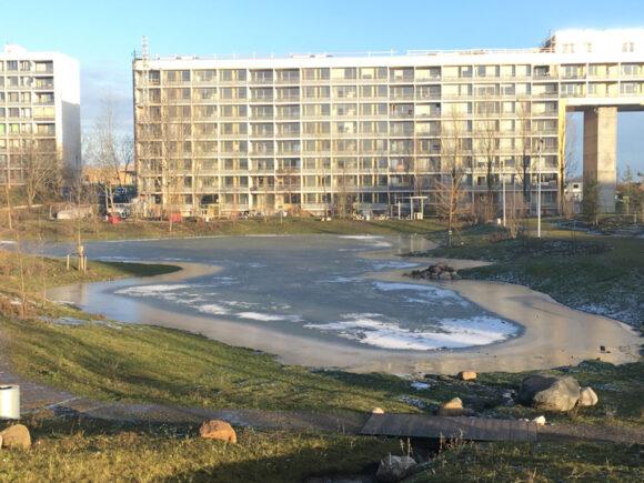 I Gellerup er der pludselig kommet en tillokkende sø, der kan skøjtes på - men husk at tjekke om isen er sikker.